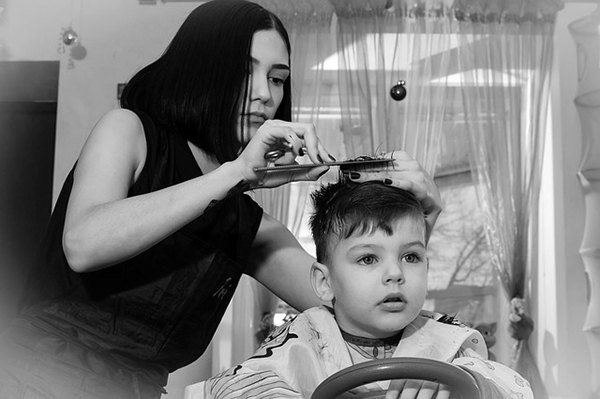 mother cutting her sons hair